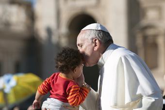 Pave Frans: Familien som institution er under angreb