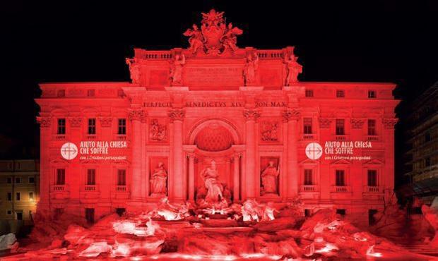 Trevi-fontænen i blodrød belysning